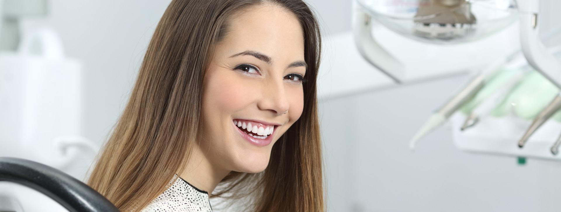 Žena s prekrasnim bijelim osmijehom