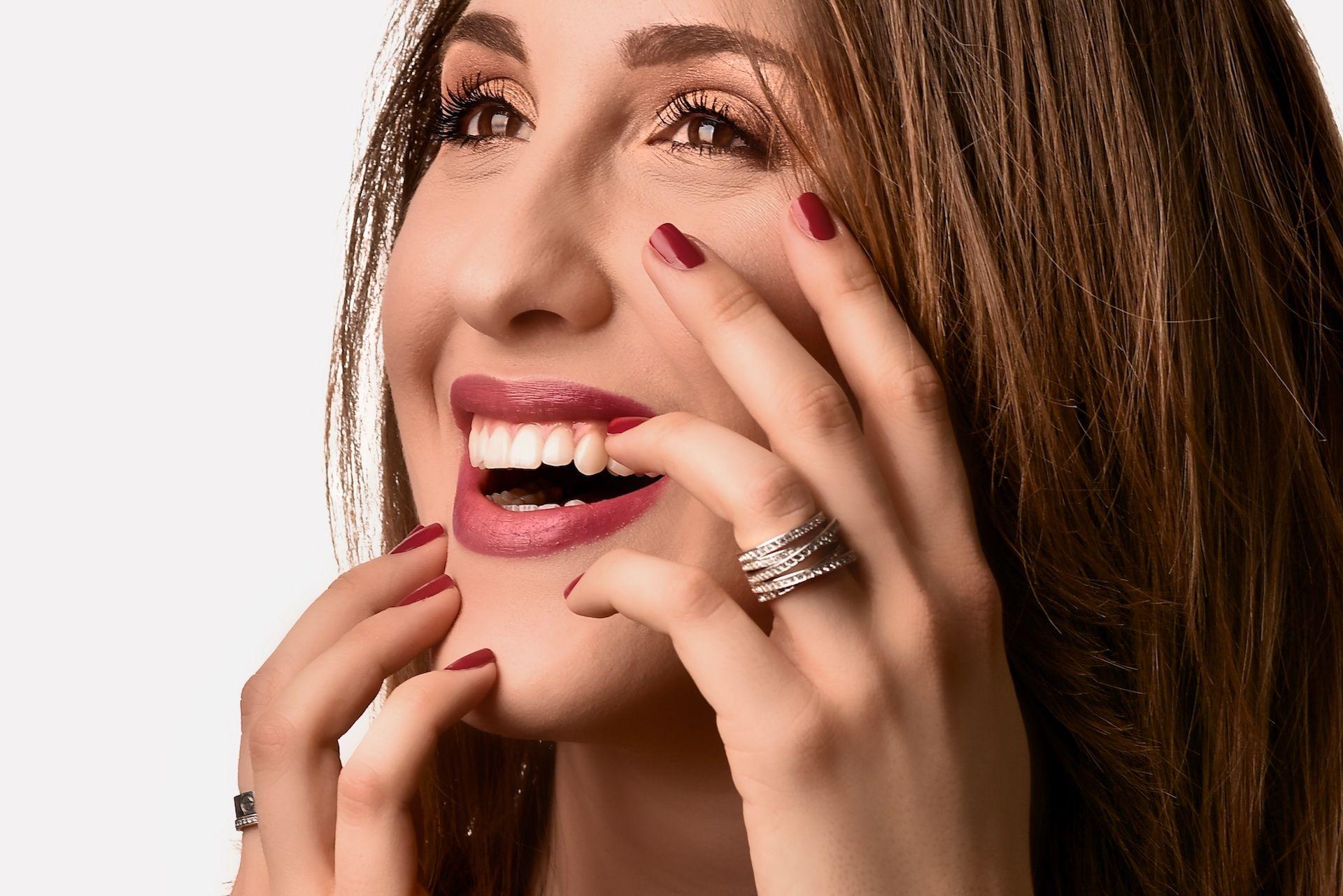 Mlada žena s prekrasnim osmijehom uz Smile design i zubne ljuskice iz EDC, Esthetic Dental Centra