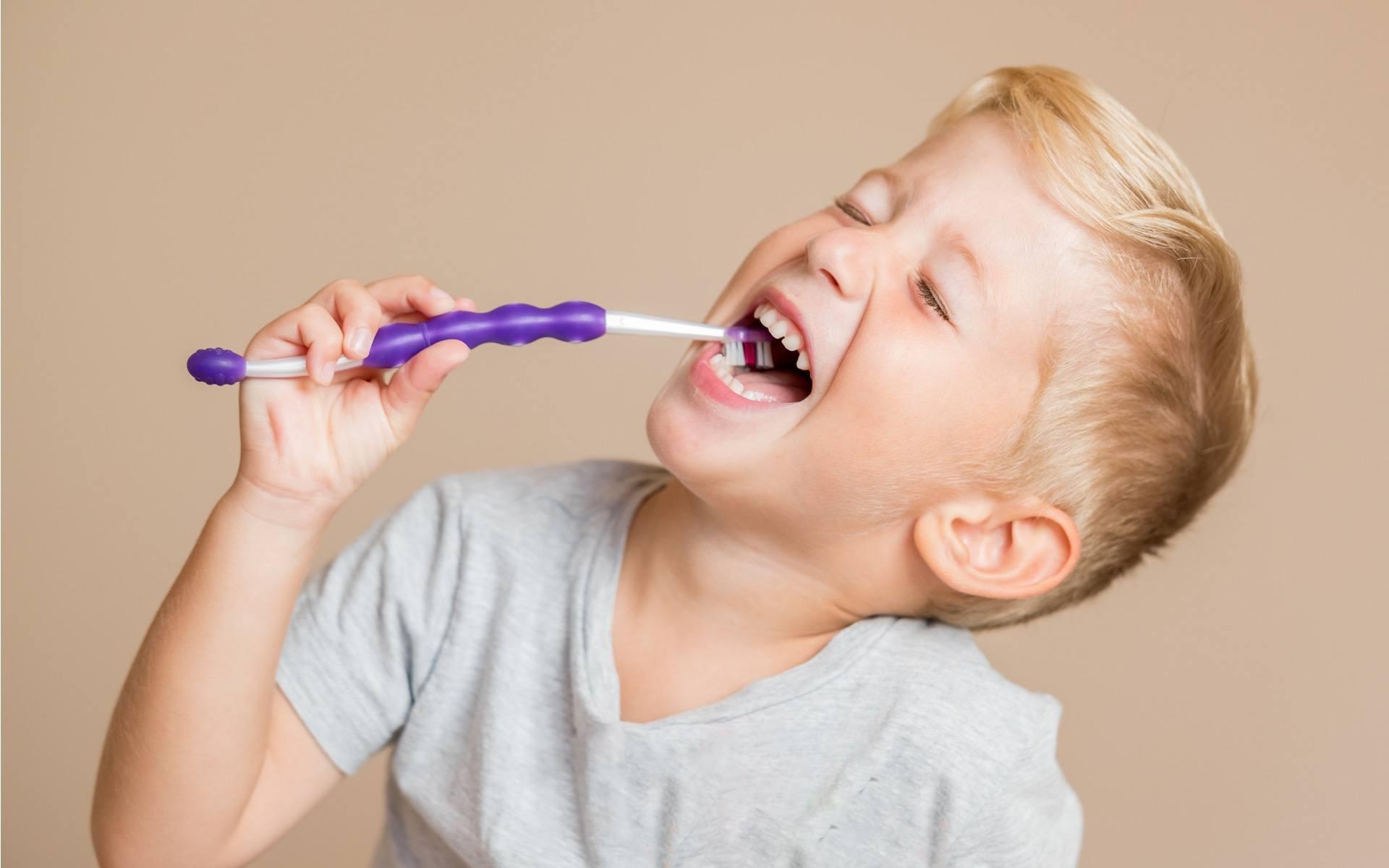 Dječak pere zube