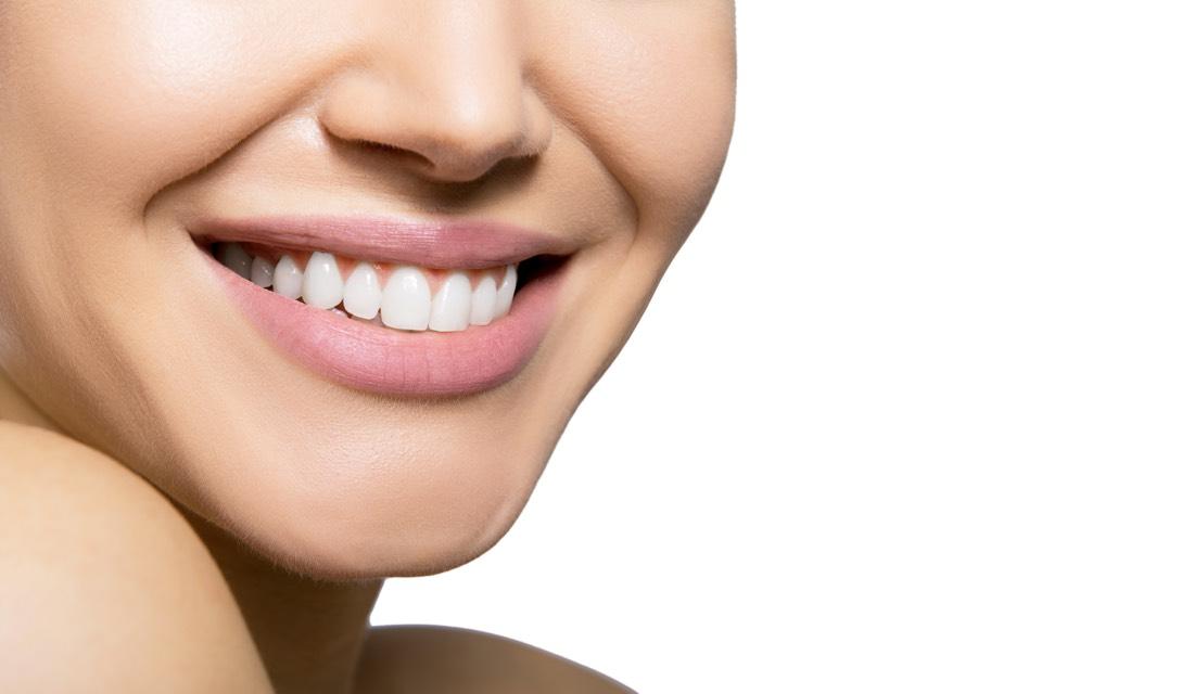 Prekrasan osijeh žene nakon stomatološke terapije