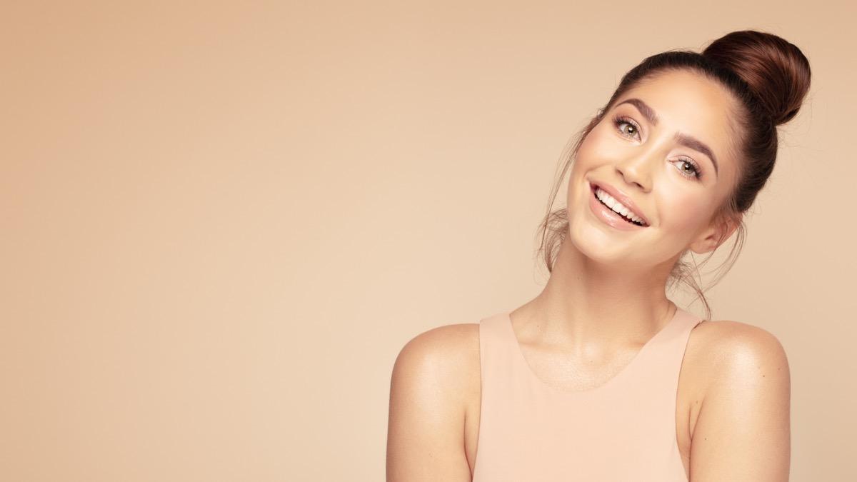 Prekrasna mlada žena s bijelim zubima
