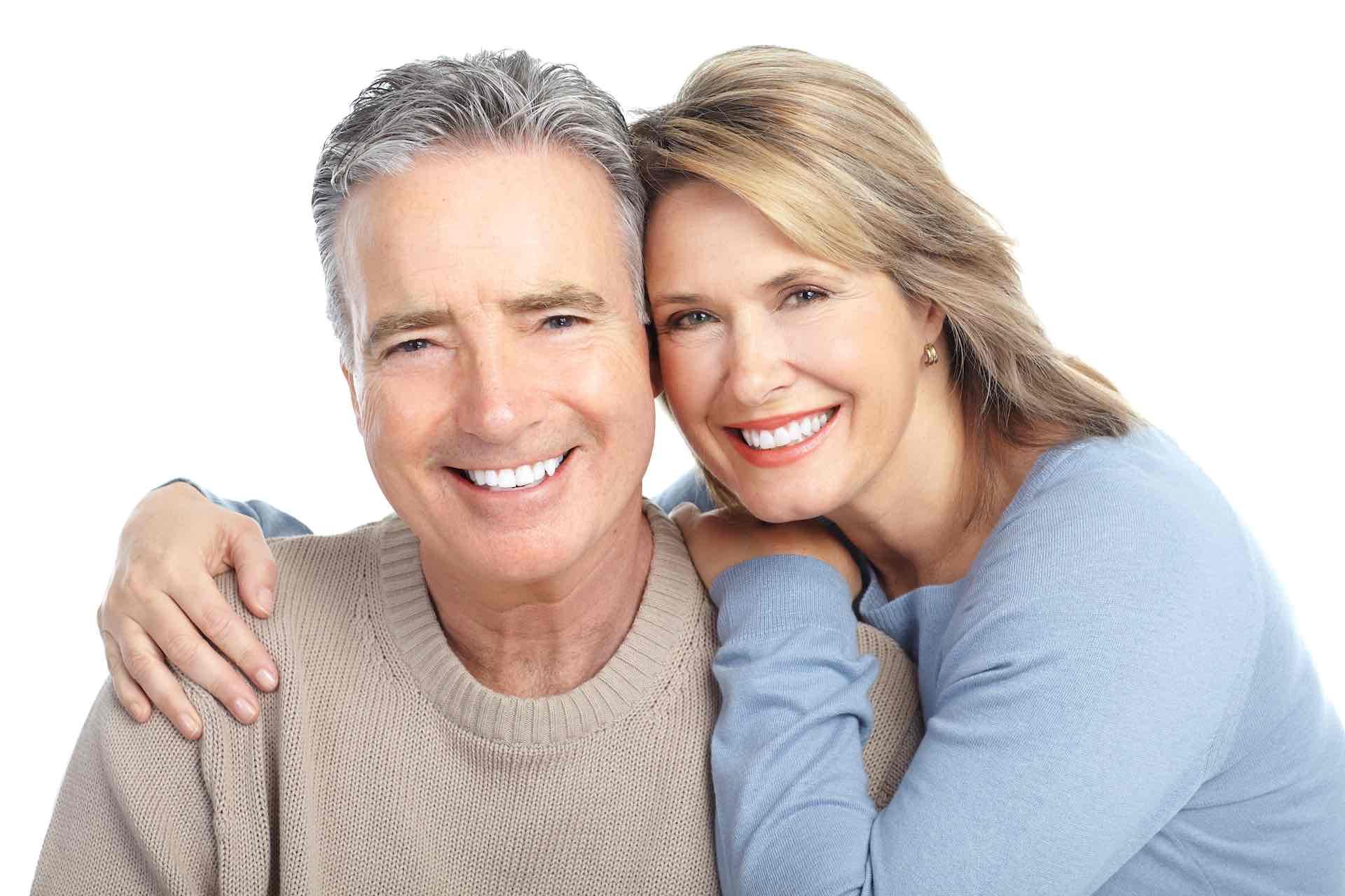Stariji bračni par s prekrasnim osmijehom