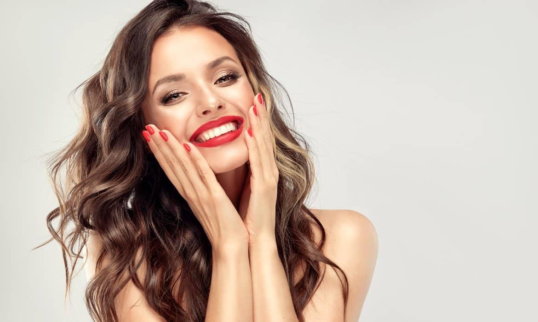 Žena s prekrasnim osmijehom nakon izbjeljivanja zubu u EDC centru